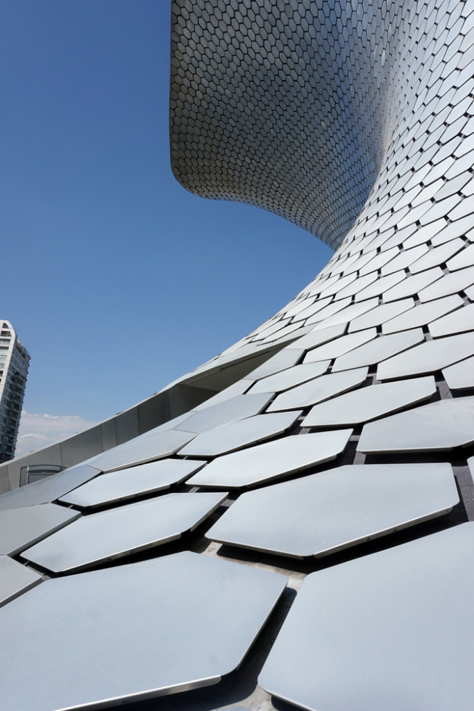 A look up at the Museo Soumaya's building.